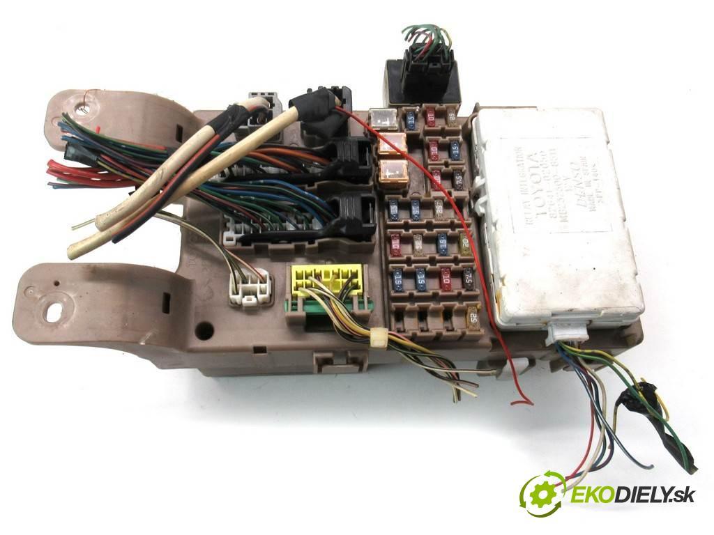 Toyota Corolla E12  2003  HATCHBACK 3D 1.4VVTI 97KM 02-07 1400 skříňka poistková 82641-02050 (Pojistkové skříňky)